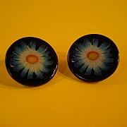 Bl� blomst p� sort jeton