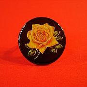 Gul rose p� sort jeton